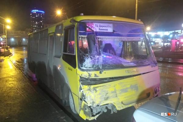 Водитель 042-го автобуса ехал без пассажиров, а во втором автобусе было 27 человек