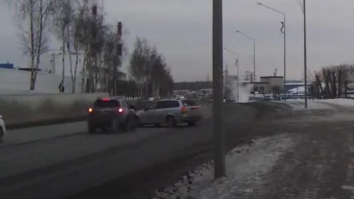 Решил развернуться и получил удар в бок: смотрим видео жуткой аварии в Первоуральске