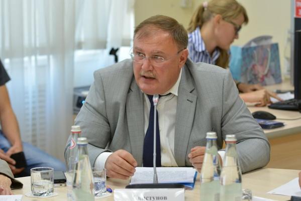 С 2010 года по 2014 год Олег Свистунов занимал пост руководителя департамента экономики Ростова