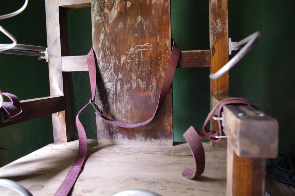 Копию изготовили в Италии из дерева, металла и кожи по чертежам настоящего электрического стула