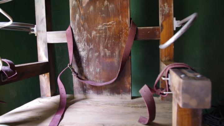 «Испытывал на себе — бодрит»: новосибирец продаёт электрический стул, как в «Зелёной миле»