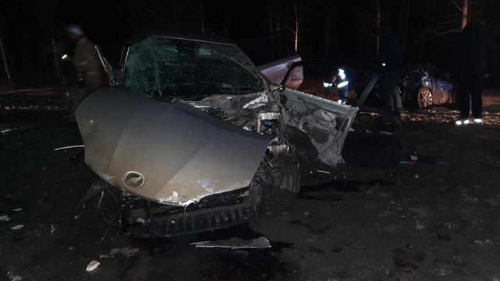 В Зауралье на трассе столкнулись три легковушки. Четыре человека погибли