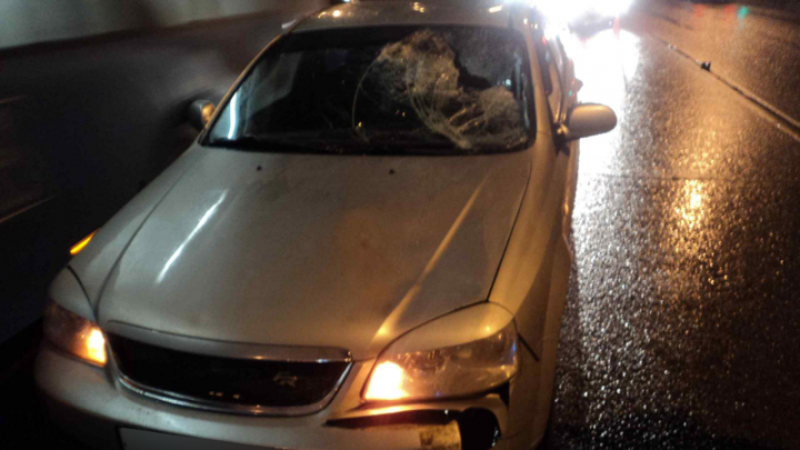 В Архангельске автомобиль сбил пешехода, переходящего дорогу не по правилам