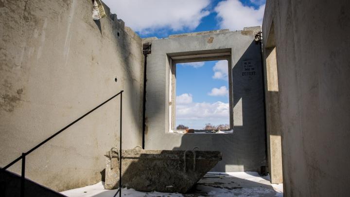 Рабочий упал в шахту лифта на стройке под Новосибирском и погиб