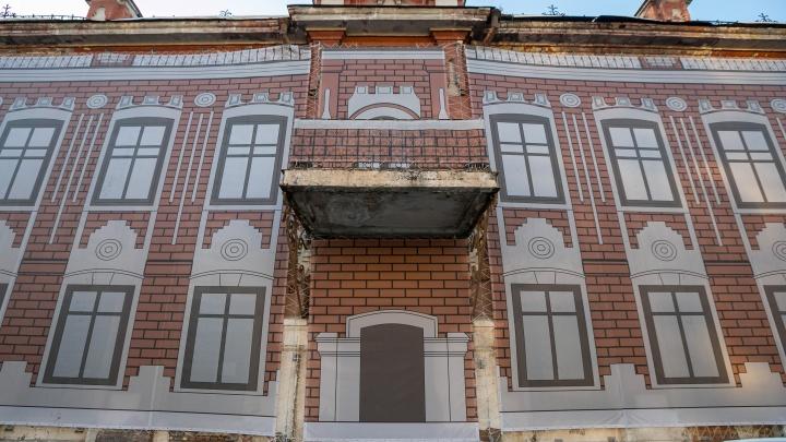 «Город меняется». Как похорошел Красноярск, когда развалины и заборы прикрыли баннерами