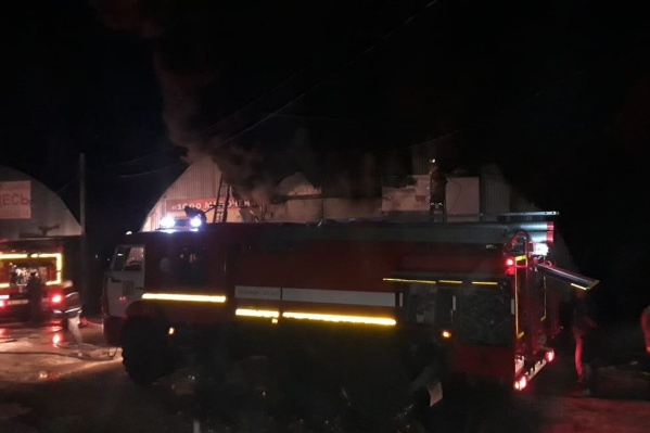 Огонь охватил обширное помещение — около 500 квадратных метров