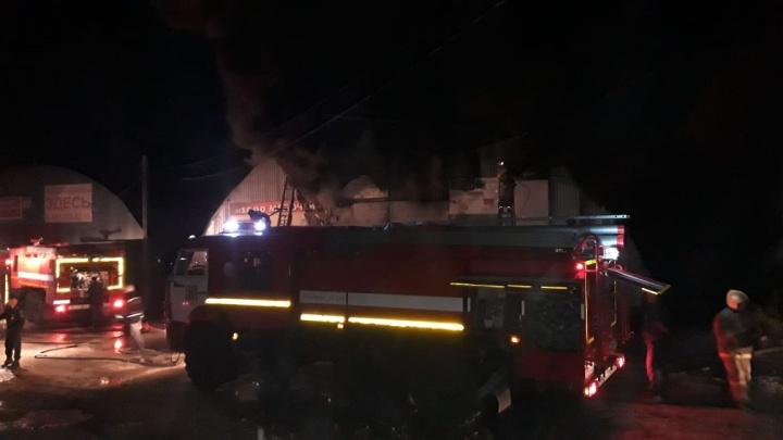 В Омске загорелся склад с игрушками на улице Универсальная