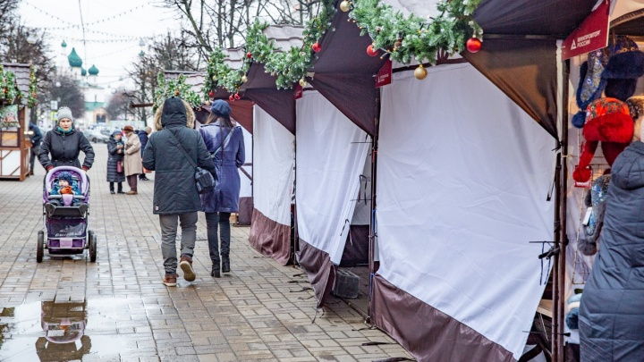 Не выдержали критики: продавцы новогодней ярмарки в центре сворачивают палатки и уезжают