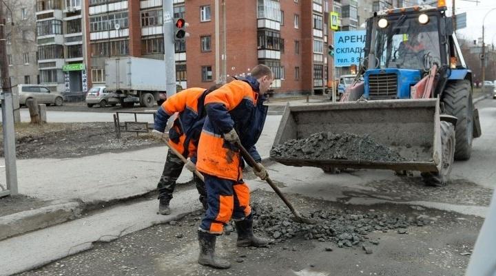 Водителей попросили не мешать ямочному ремонту на Уралмаше и Эльмаше