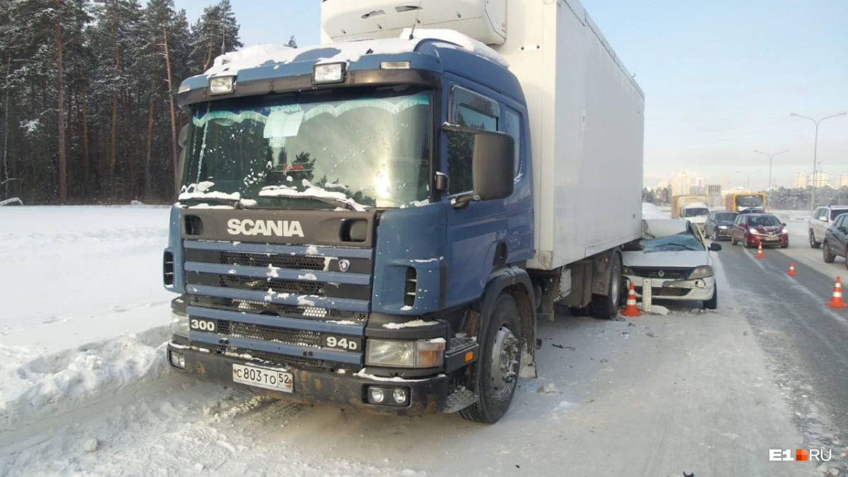 На Московской машина такси залетела под грузовик