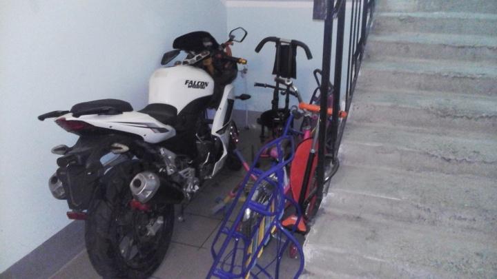 В подъезде дома в Крутых Ключах рядом с детскими колясками припарковали мотоцикл