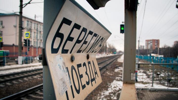 Родился в рубашке: на Дону поезд врезался в легковушку, которая выехала на переезд