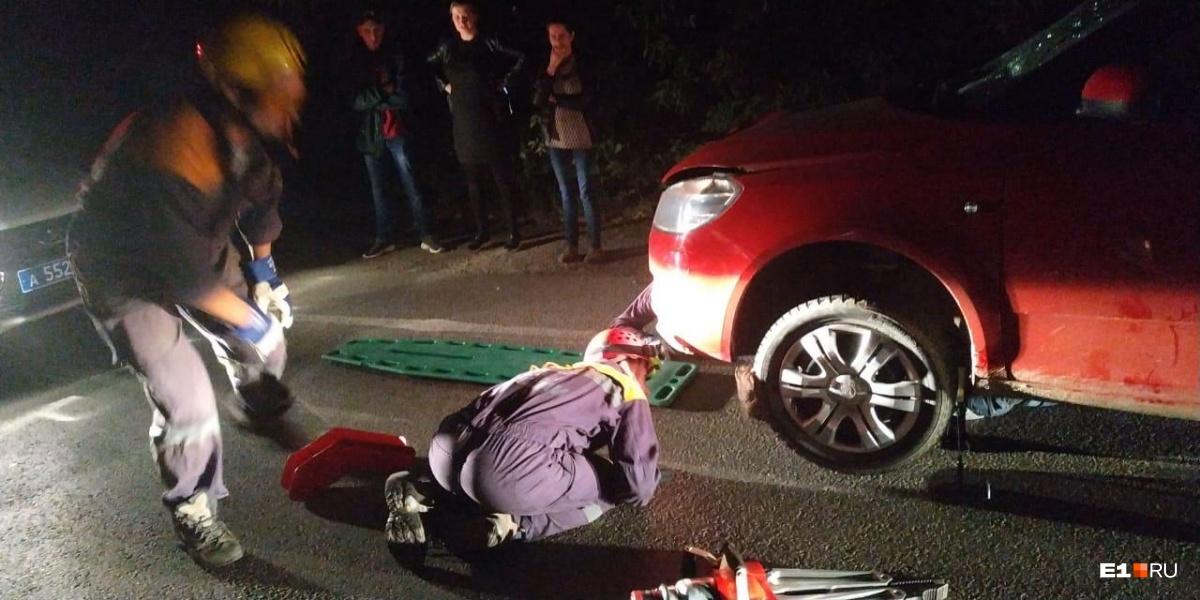 Мужчину пришлось доставать из-под машины