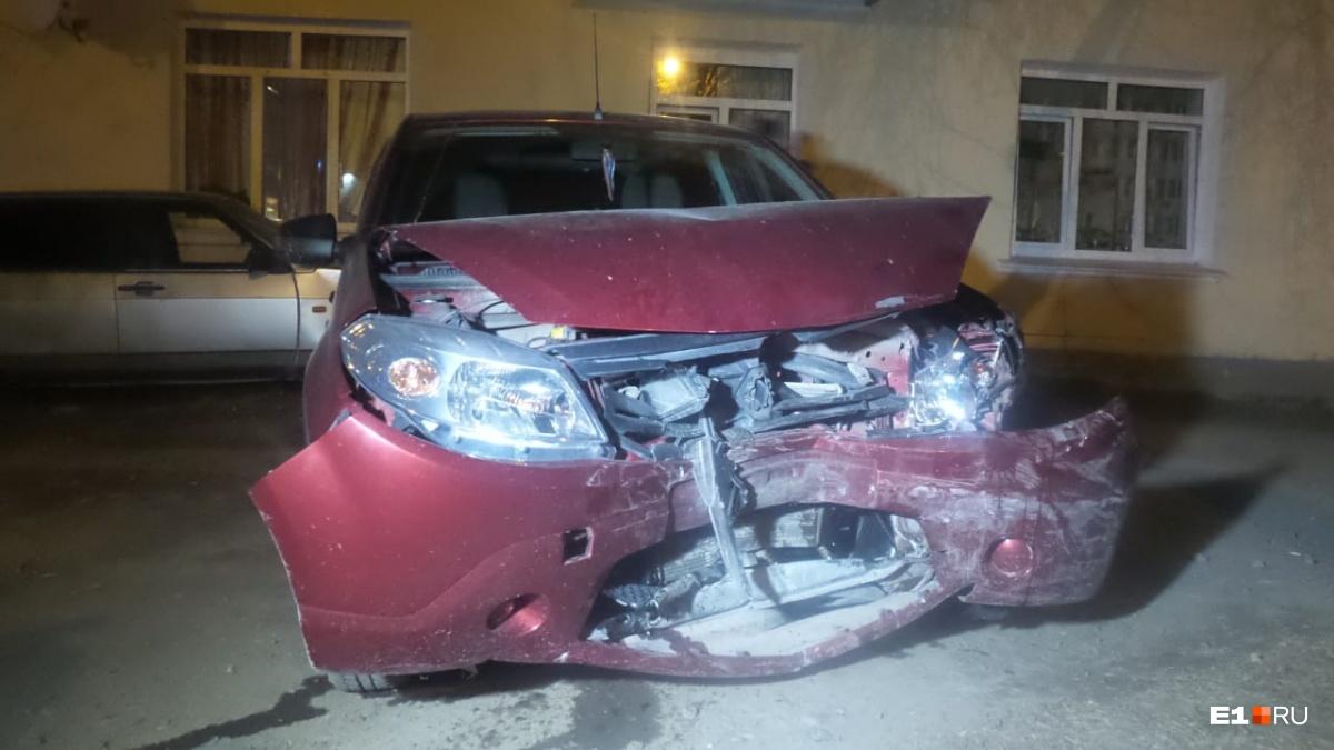 Ford врезался вRenault, который ехал по встречной полосе