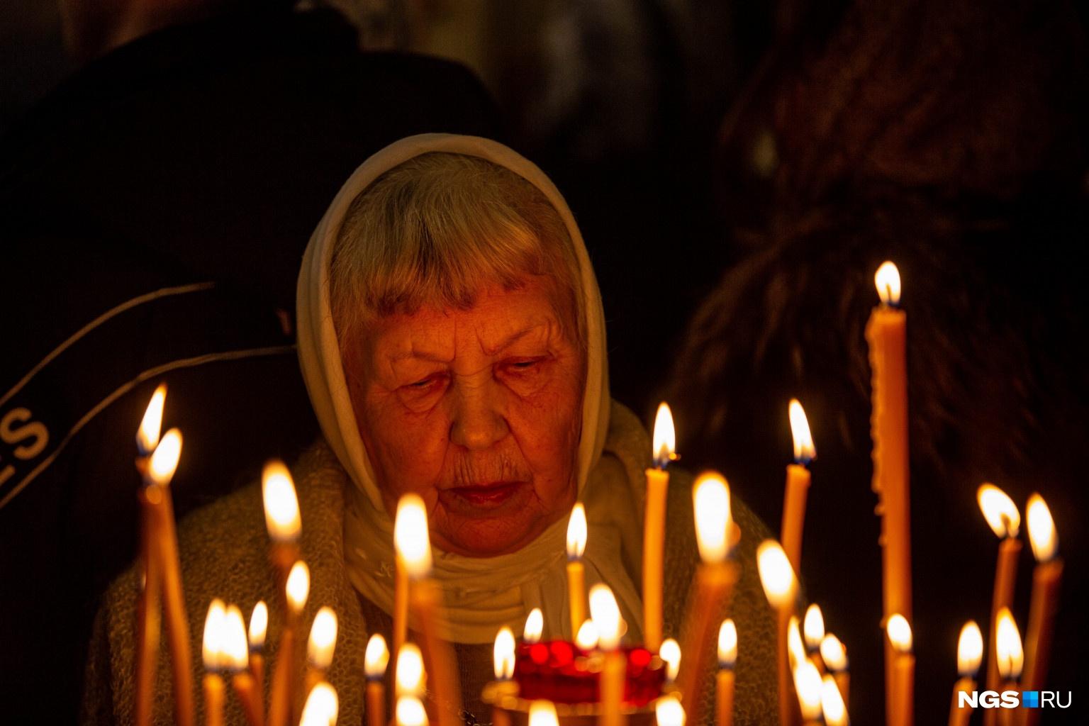 Во время литургии горожане зажигали свечи