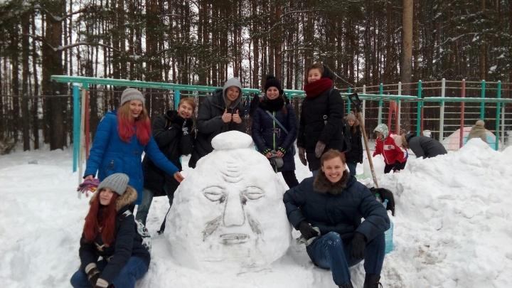 «Твой детский страх». Пермские студенты слепили из снега голову из заставки телекомпании «ВИД»