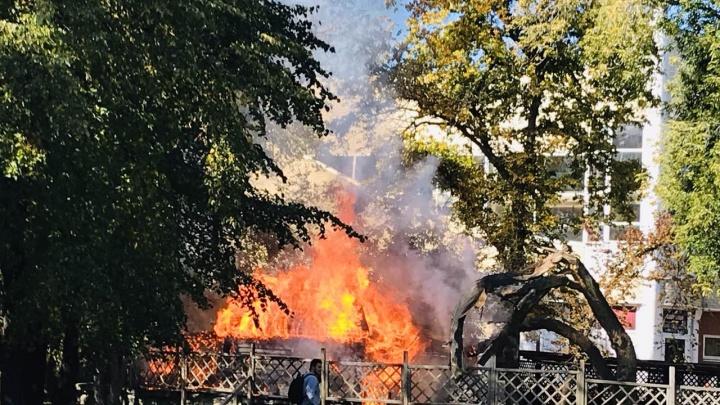 «Столб дыма виден издалека»: в центре Челябинска сгорел летник скандального кафе