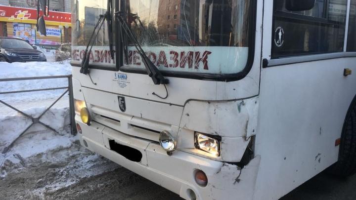 Автобус № 18 столкнулся с «ГАЗелью» в Октябрьском районе