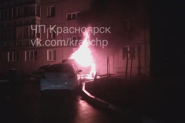 Машина горела ярким пламенем