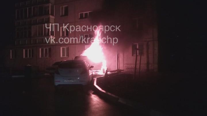 Дерзко припаркованная машина сгорела на Судостроительной