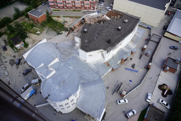Здание начали сносить ещё в начале августа, однако работу техники остановили