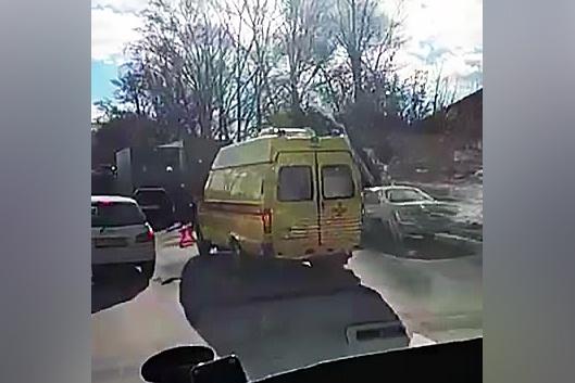 На Бердском шоссе столкнулись легковушка и грузовик: на месте работают пожарные