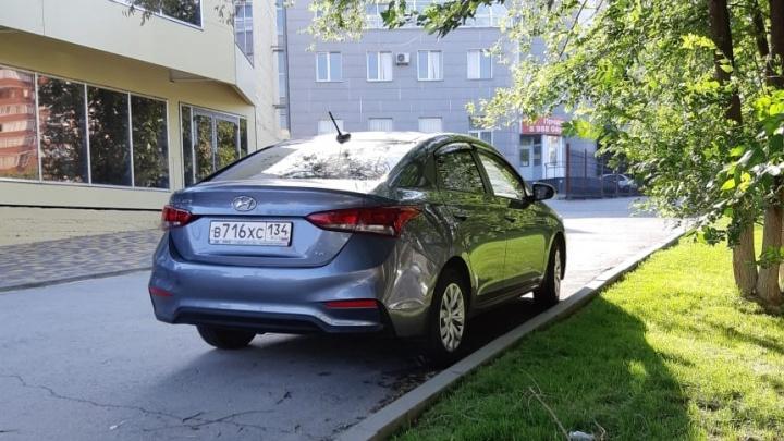«Я паркуюсь, как...»: волгоградские автохамы бьются за тротуар под окнами у ГИБДД