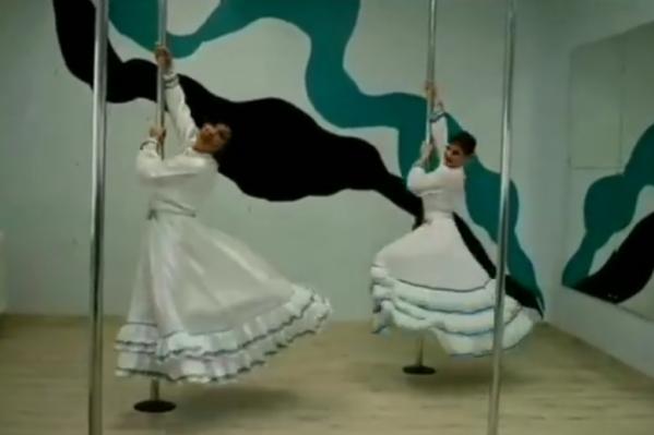 Танцовщицы использовали необычные атрибуты