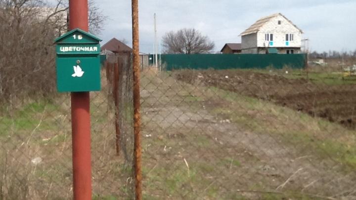 На Дону пенсионерка обвинила пристава в том, что он на ее участке сделал дорогу к своей даче