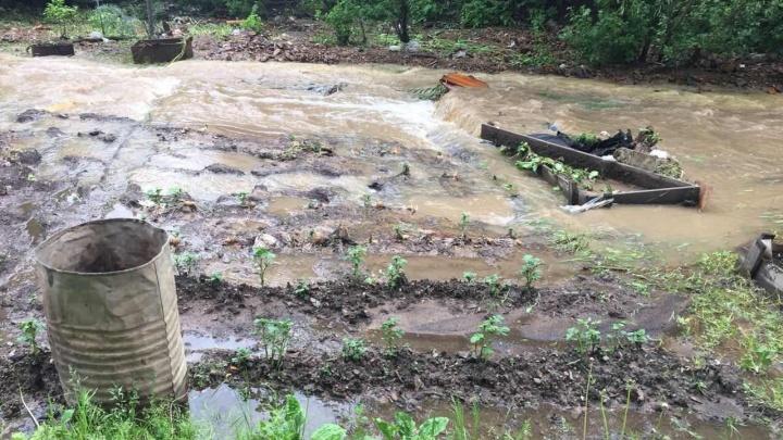 «Смыло все огороды»: в Челябинской области прорвало дамбу