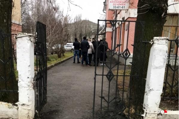 Такие очереди сейчас в Ярославле и Рыбинске