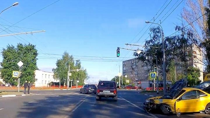 В Ярославле спорткар влетел в забор: подробности аварии