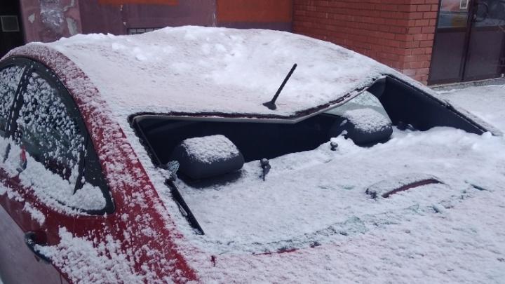 Снег, упавший с крыши жилой высотки в Зареке, разбил стекла и помял крыши припаркованных машин