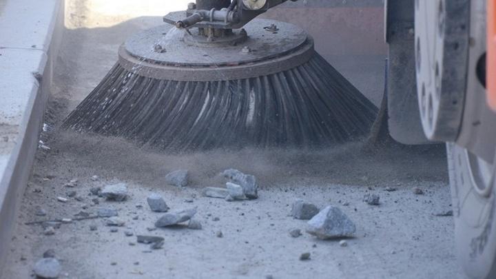 На борьбу с грязью в Екатеринбурге мэрия бросила всего 12 уличных пылесосов