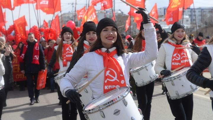 Коммунисты с красотками-барабанщицами прошлись по центру Екатеринбурга с портретом Сталина