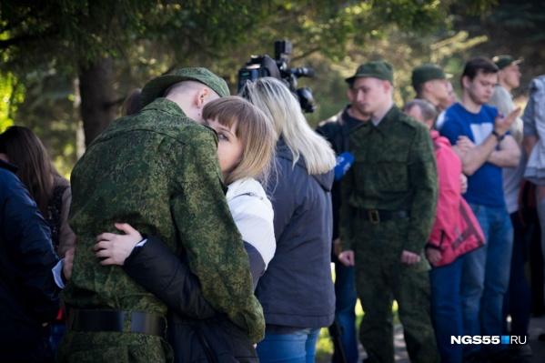 Девушки прощаются со своими братьями и возлюбленными