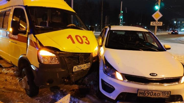 В Березниках скорая, которая везла женщину с ножевым ранением, попала в ДТП