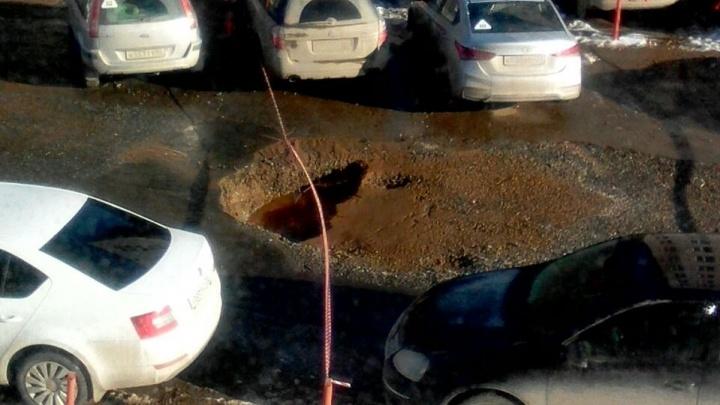 «Люди не могут выехать»: во дворе на Химмаше провалилась дорога