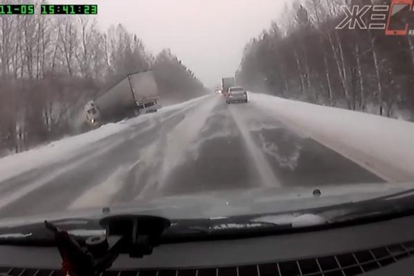 Съезд грузовика с трассы попал на запись видеорегистратора