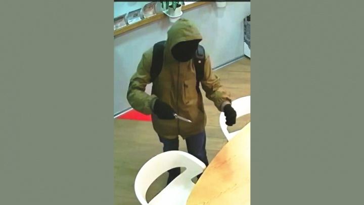Налётчик в чёрной маске напал с ножом на финансовый офис в Академгородке