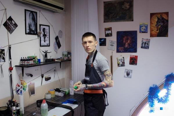 Татуировщик Евгений помимо своей работы любит гонять на мотоцикле по бездорожью