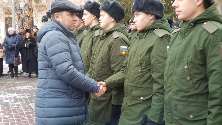 Папа был в командировке: Вадим Шумков проводил курганцев в армию и рассказал, кто провожал его сына
