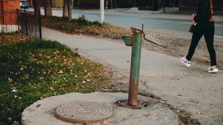 70-летняя тюменка осталась без воды. Возле дома, в котором она живёт, разобрали колонку