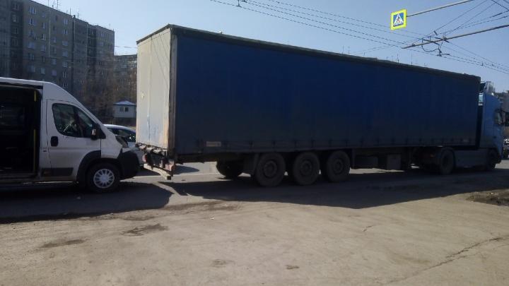 Маршрутное такси протаранило грузовик напротив ТРК «Алмаз» в Челябинске