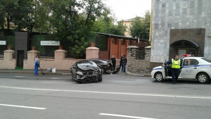 В Уфе лихач на «Лексусе» снес припаркованный автомобиль и пешехода
