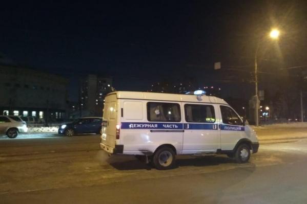 Очевидцы сообщают, что видели на месте сотрудника полиции со служебной собакой