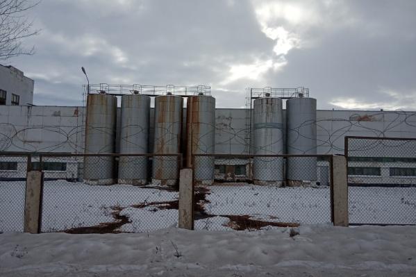 На заводе находится четыре резервуара слигносульфанатом