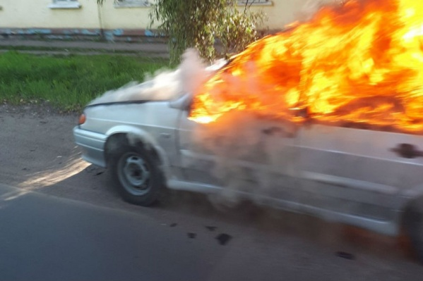 Пламя объяло салон авто
