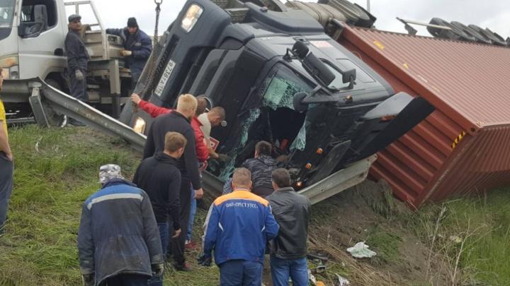 Водителя доставали через лобовое стекло: на Кольцовском тракте перевернулась фура