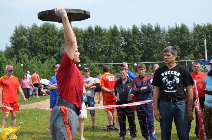 Кузбассовец поднял 45-килограммовую крышку люка 155 раз (фото)